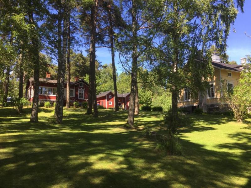 Villa Furuvik pihapiirii