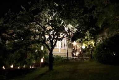 Villa Furuvik kartano juhlatilat piha puutarha iltavalaistus